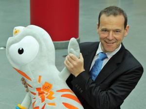Britscher Botschafter in Deutschland: Simon McDonald mit Olympia-Maskottchen Wenlock