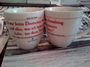 """""""Ich war beim Deutschen Anwaltstag und alles, was ich bekommen habe, war diese Tasse."""""""