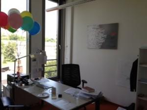 Arbeitszimmer Grey-Chef Poppema - mit Luftballons von seiner Geburtstagsfeier
