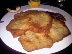 """Wiener Schnitzel in den """"Kitzbüheler Stuben"""" - als Ersatzfoto, nur so lange das mit  Backhendel-Schlegeln noch produziert wird"""