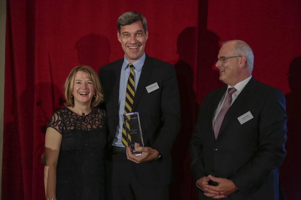 PMN-Awards: Ehrung als Managing Partner des Jahres 2013 für Neil Weiand von Allen & Overy. Links PMN-Gründerin Claudia Schieblon, rechts Dieter Philipp von Philipp & Dr.Kreth Versicherungen.