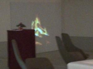 Das Kaminfeuer auf der Leinwand - das Markenzeichen der Pressekonferenzen - ist tritt der Tiefgarage in den Hintergrund