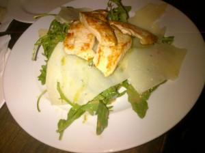 Ruccolasalat mit Putenschnitzel und Parmesan