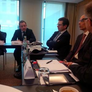 Präsident des verbands der Unternehmensberater Antonio Schnieder und Geschäftsführer bei Cap Gemini (Mitte)