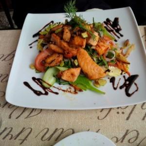 Salat mit Thunfisch im Düsseldorfer Monkey´s South