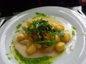 Gnocchi mit Spargel und Ruccola-Salat im Monkeys South