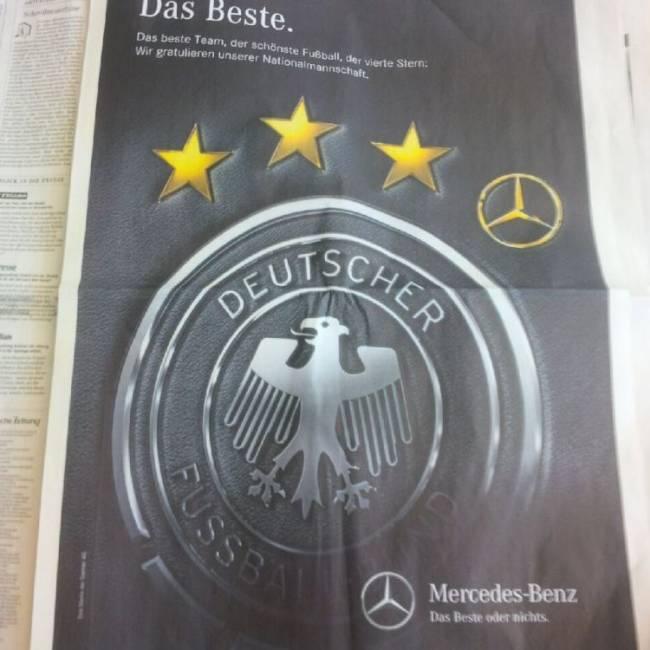 Daimler kommt in der Anzeige passend in der Farbe des WM-Trucks daher