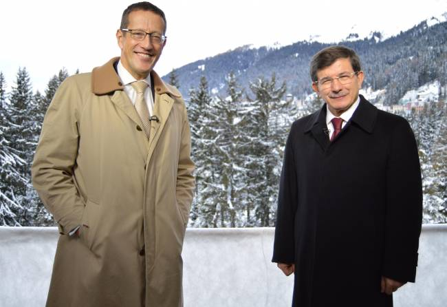 Davos 2015: CNN-Moderator Richard Quest mit Ahmet Davutoglu