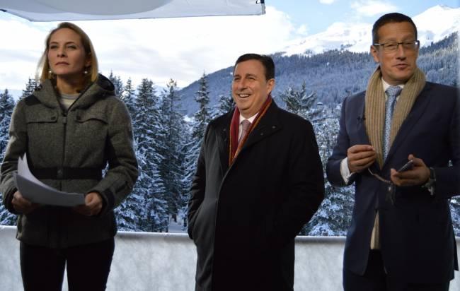 CNN-Davos-Berichterstatter Nina Dos Santos (l.), John Defterios (m.)und RichardQuest (r.)