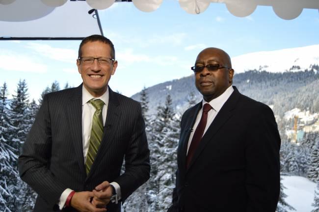 CNN-Moderator Richard Quest in Davos 2015 mit Nhlanhla Nene vom Afrikanischen Nationalkongress