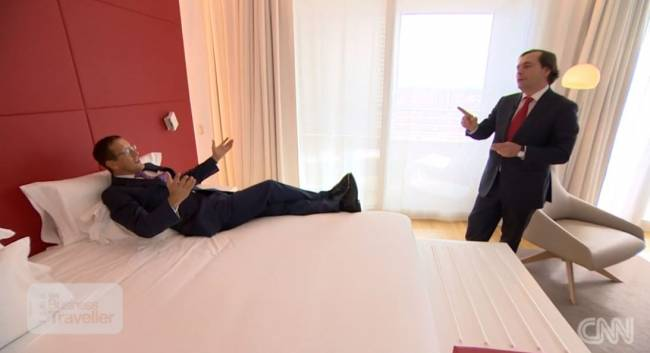 Richard Quest beim Betten-Test im The Eurobuilding