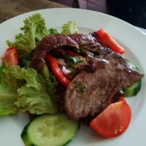 Salat mit Rinderstreifen