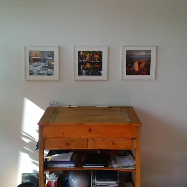 Barbara Mayers Stehpult, das..., mit den Fotos aus der Provence, wo sie am liebsten und oft ausspannt.
