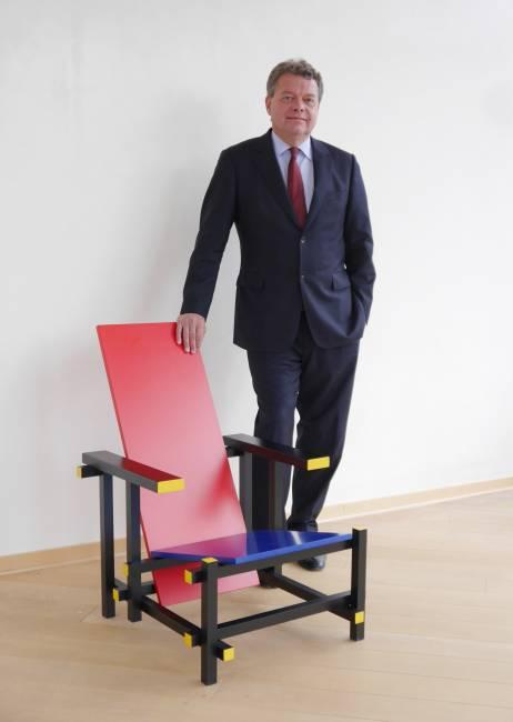 Sutorius mit seinem Rietveld-Stuhl