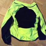 Mantel des Stinkens über den Wäscheberg eines Laufs gelegt. Frische Farbe, fauler Gestank.